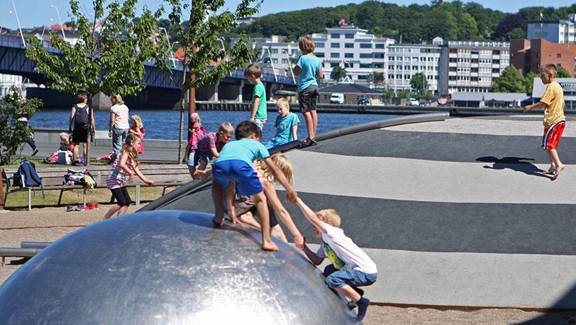 https://media.blogg.stenaline.se/app/uploads/2014/09/27091701/Aalborg-Hamnfront-lekplats.jpg