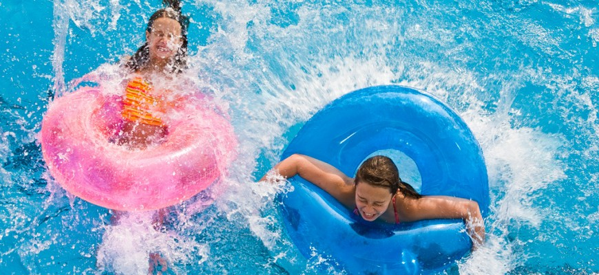 Barn badar med badringar