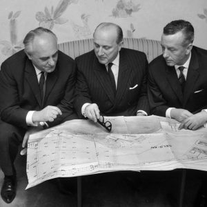 1964_l-to-r_Rolf-Renger_StenA-Olsson_Cpt-Hans-Baltzer_discussing-expansion-of-Oslokai