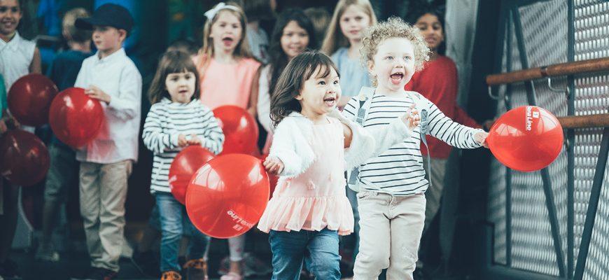 Glada barn med ballonger