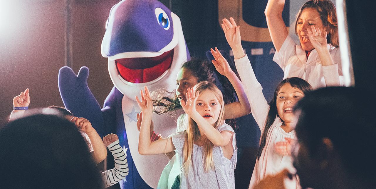Happy sjunger & dansar med barn