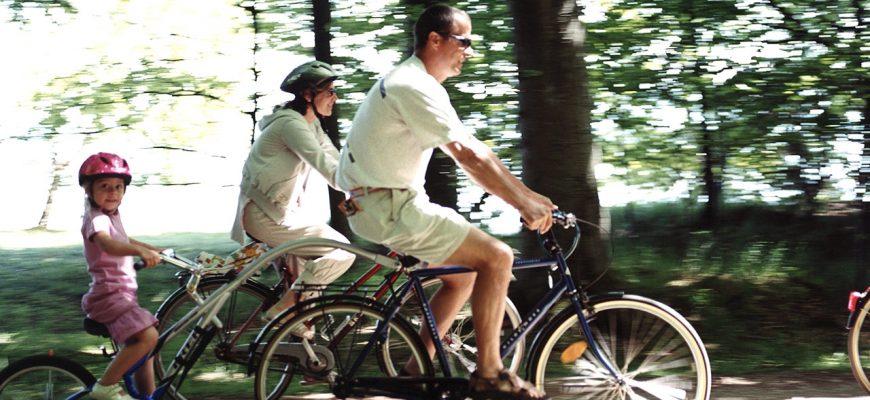 Familj på cykelsemester