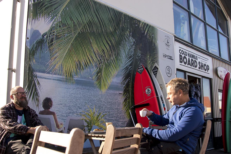 Hasse och Kjetil njuter av brittsommarvärmen hos Cold Hawaii.