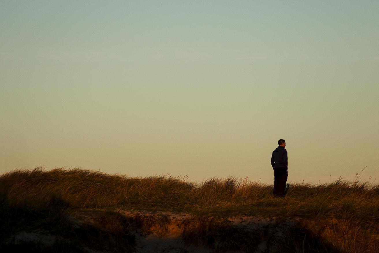 Kjetil blickar ut över vågorna i Norra Vorupør.