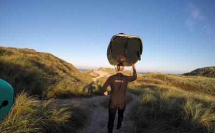 Artikelförfattaren skyndar över sanddynerna på väg till surf