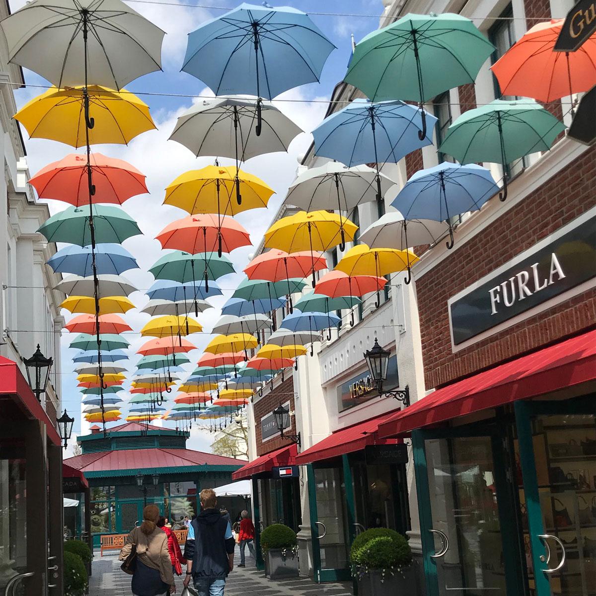 Promenad under paraplyer