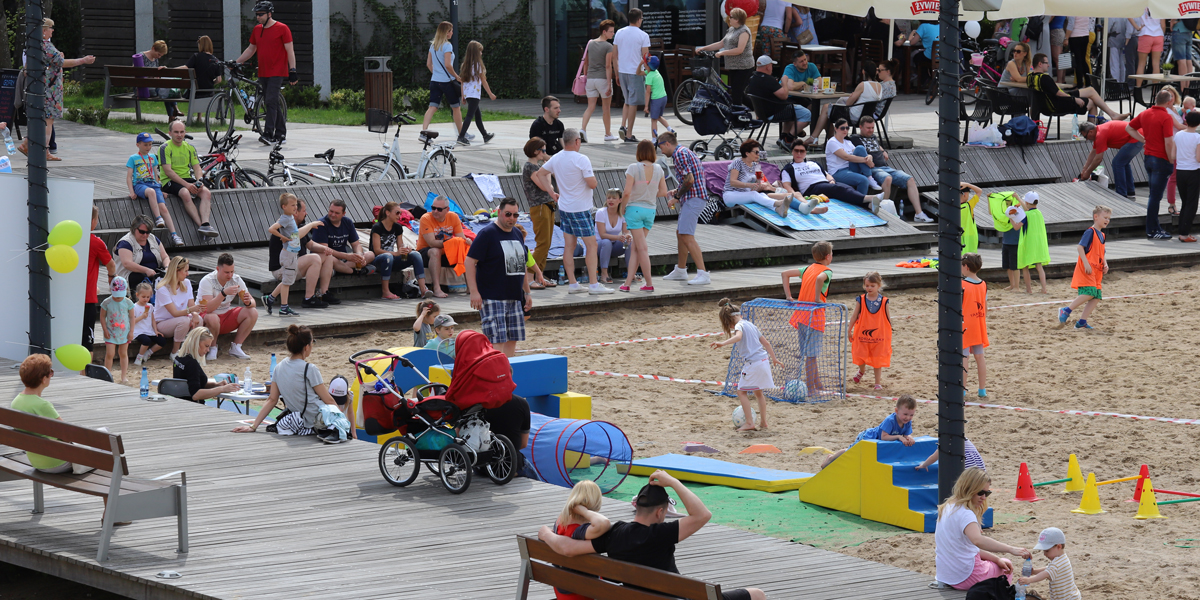 Människor som leker på strand